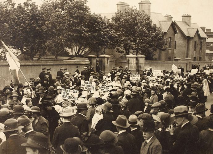 Members of Cumann na mBan protest outside Mountjoy Prison, July 1921 (Image via Wikipedia)
