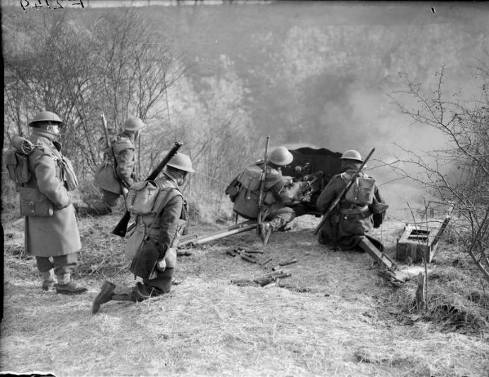 Men of the 1st Royal Irish Fusiliers manning a French anti-tank gun in France, 1940 © IWM (F 2149)
